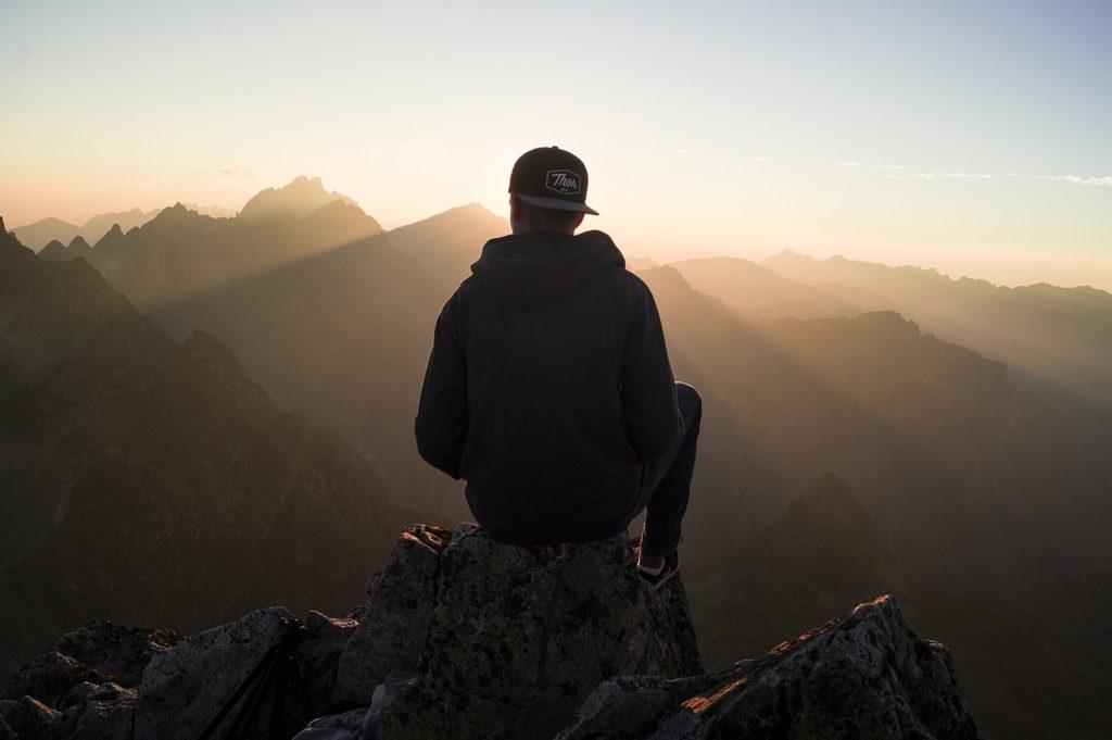 Mann mit Cap und Berge